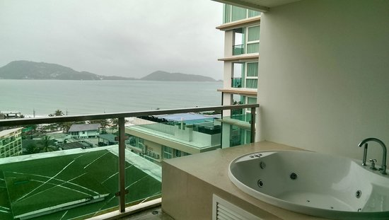 The Bay Cliff : Jacuzzi on balcony
