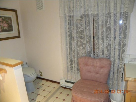Highland Glen Lodge : Bathroom - Watch that step!