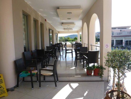 Hotel Letsos: A szálloda terasza