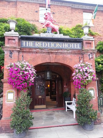 The Red Lion Hotel: Entrance