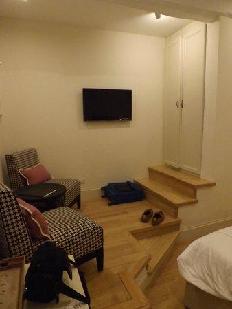 Nerva Boutique Hotel: Seating area/wardrobe