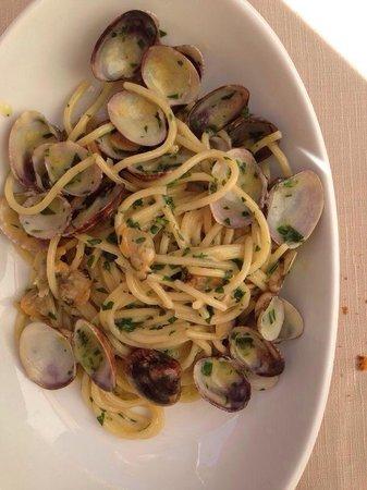 L'Osteria Dell'Orologio: Per testare un ristorante di pesce lo spaghetto alle vongole é un must: prova brillantemente sup