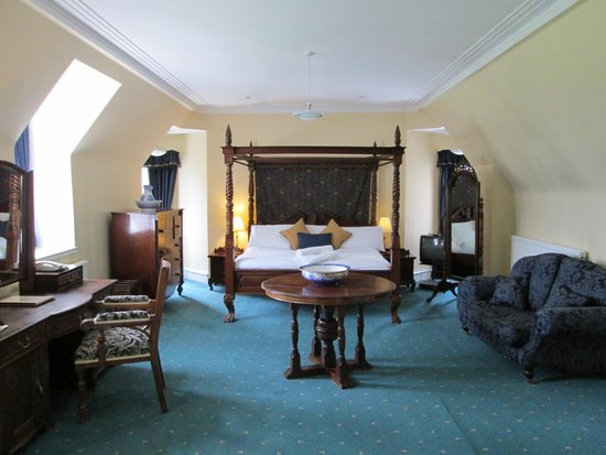 Dalmunzie Castle: Our room viewed from the door
