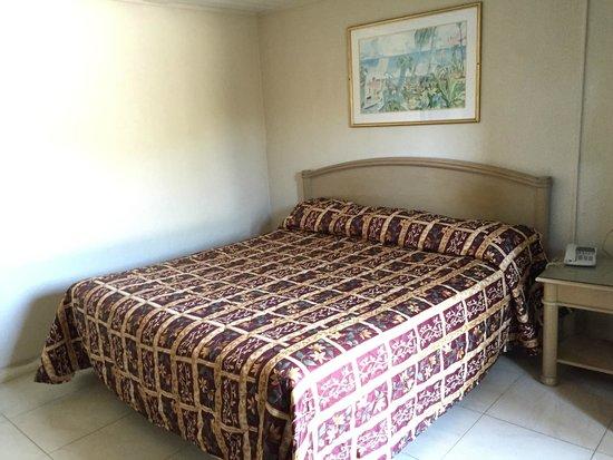 Economy Inn: King Size Bed