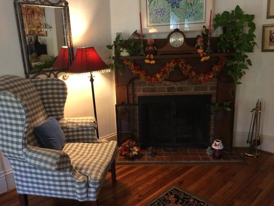 Taylor House Inn: Fire place in the living room in main house