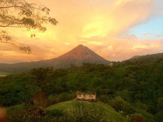 Arenal Birdsong VIlla : Sunset from patio at Birdsong