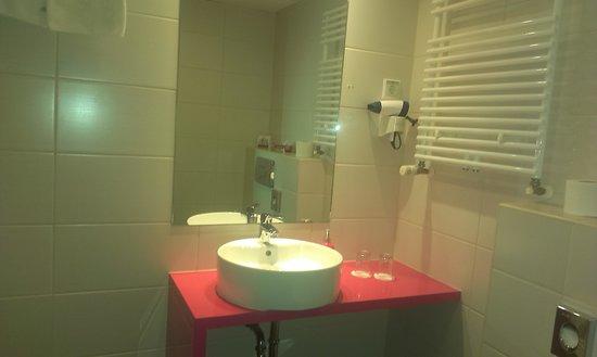 Cosmo City Hotel: baño