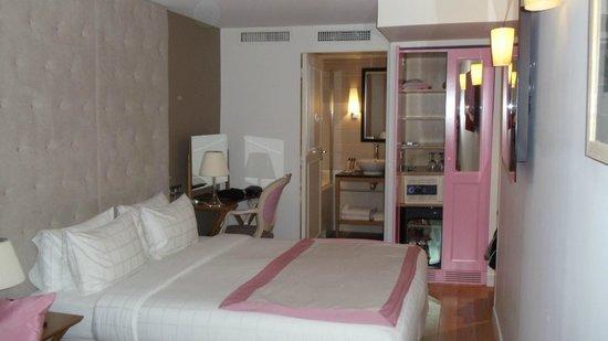 Hotel Windsor Opera: Room 14 - closet has safe and bar