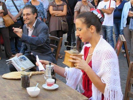 """O' Munaciello: Paola Cammarano e Umberto Liberti che recitano attorno ad un tavolo del ristorante """"O' Munaciell"""