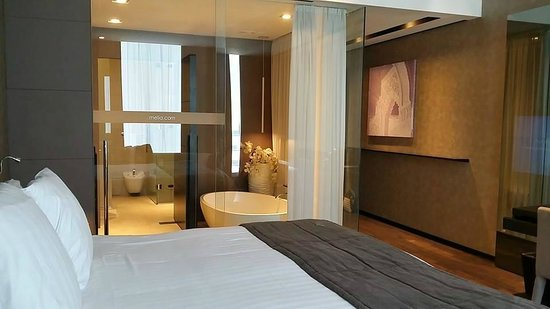salle de bain toute vitr e possibilit de fermer le rideau photo de melia dubai hotel duba. Black Bedroom Furniture Sets. Home Design Ideas