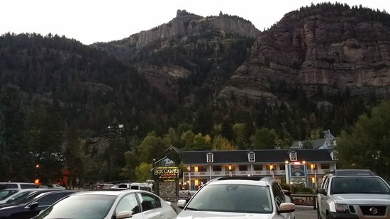 Box Canyon Lodge & Hot Springs: the hotel hugs the mountains