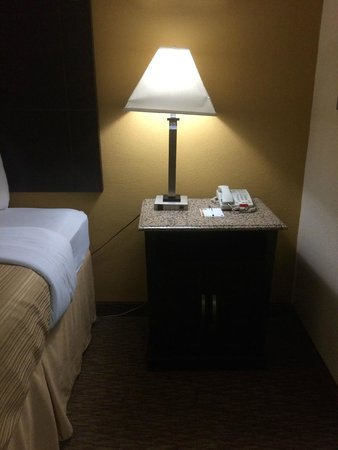 Quality Inn and Suites Airpark East: Side Table