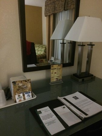 Quality Inn and Suites Airpark East: Desk Area