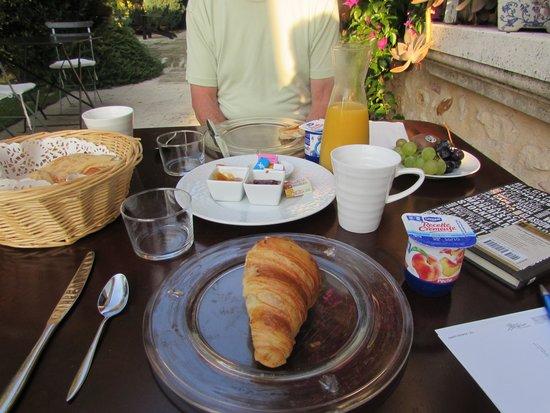 Mas de la Treille : Breakfast on the patio