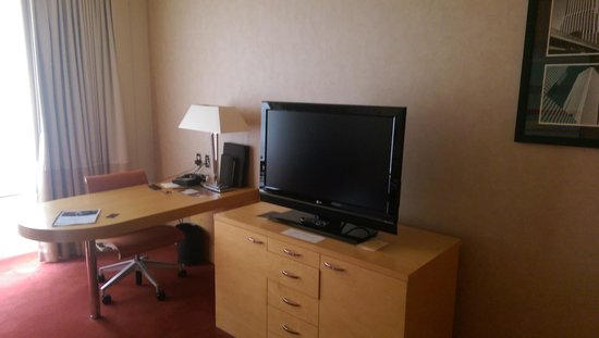 Sofitel Chicago Magnificent Mile: desk, flat screen tv, lots of storage