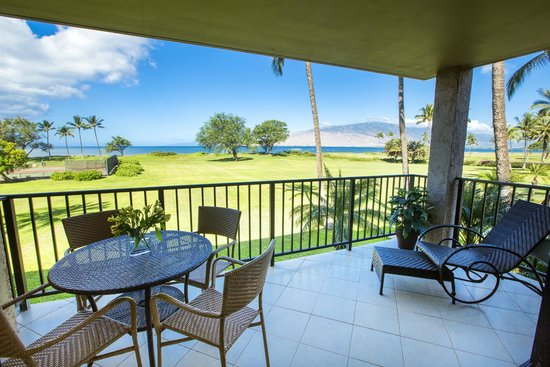 Luana Kai Resort: Most of our meals and drinks were right here on the lanai