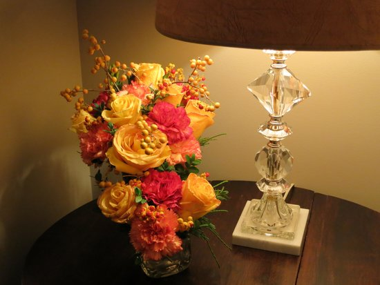 The Beehive Suite: Beautiful floral arrangements add a sense of luxury to the room.