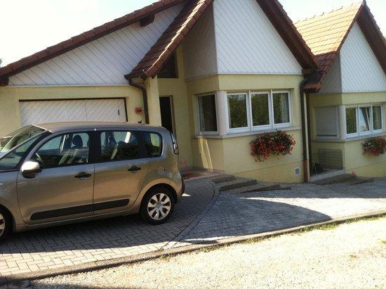 Hotel Restaurant A L'Etoile : Our 'Bungalow' + Parking area