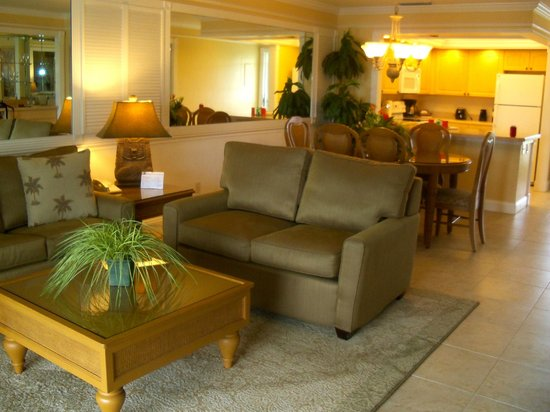 Charter Club Resort of Naples Bay: Living room