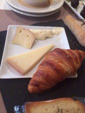 Hotel Mercure Montpellier Centre Antigone: Delicious bread and cheese