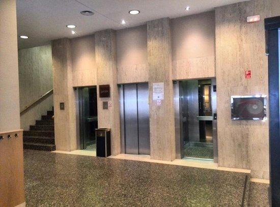 H10 Tribeca: Zona de ascensores frente a sala de estar y escasos metros de la recepción