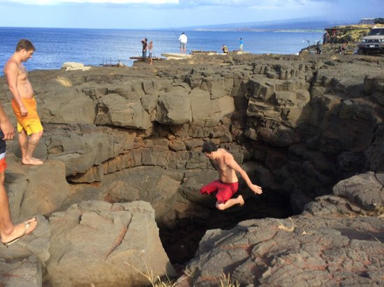 Naalehu, Havai: Jumping in the hole