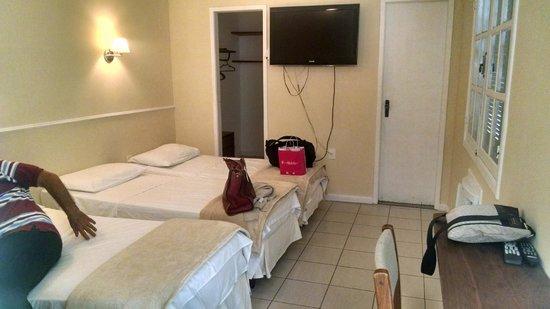 Hotel Village Icarai : Disposição da TV e closet