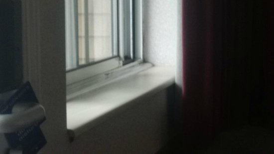 Crown Choice Inn & Suites Lakeview & Waterpark : Mold in windows