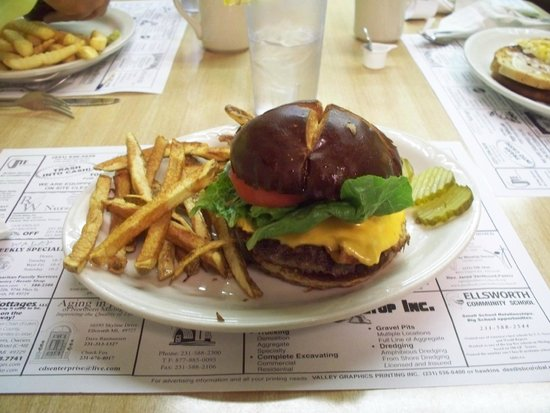 The Front Porch Cafe: Yes the burger and fries taste as good as it looks!