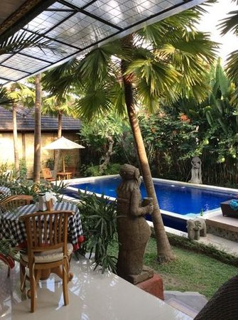 Bisma Sari Resort: pool and breakfast area