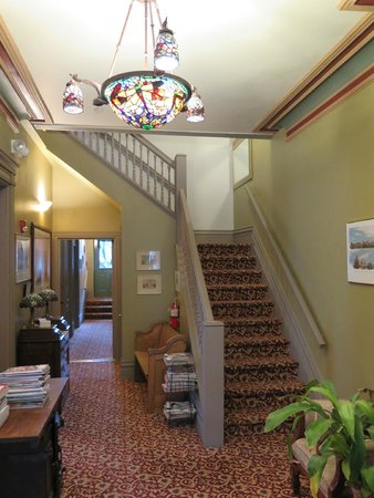 Stone Gables Bed and Breakfast: Entry way stairs