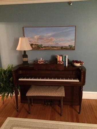 Kendall Tavern Inn Bed and Breakfast: Piano nel salotto