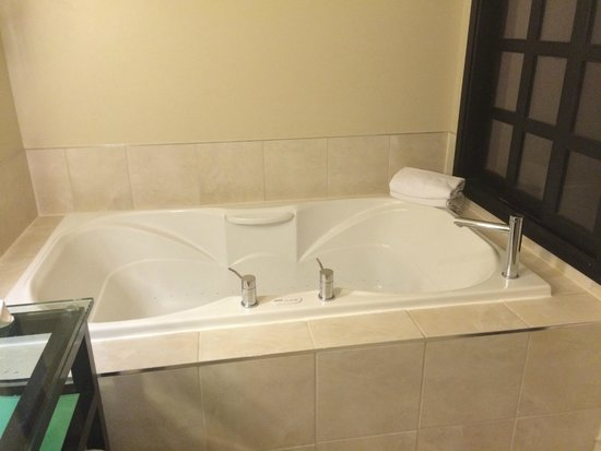 Sterling Inn & Spa: two person jacuzzi tub