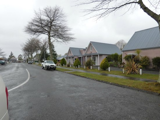 Turangi Leisure Lodge: Street view of units
