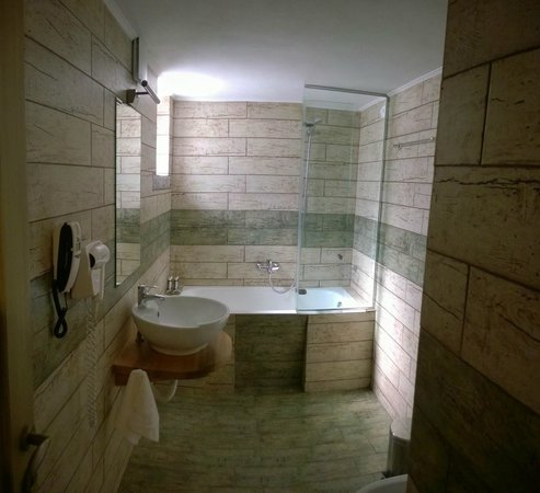 Limeni Village Hotel: the bathroom with this superb tills resembling natural wood!