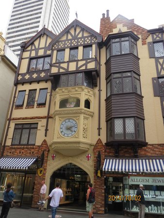 London Court: ビッグベンに似た時計台