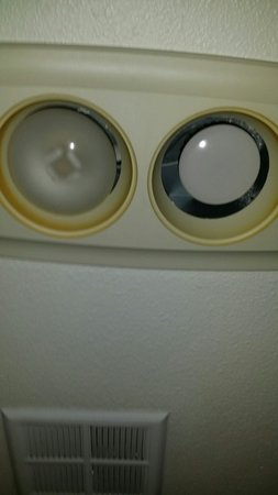 Residence Inn Roseville: Bathroom lights dirty & not the same.