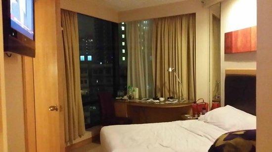 Stanford Hotel Hong Kong: Room from the Door / bathroom