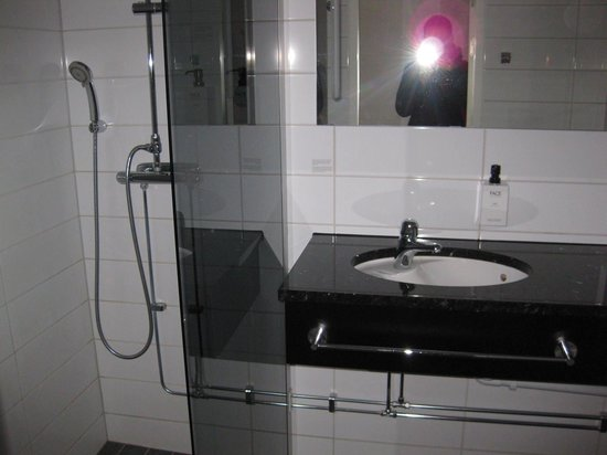 Scandic Europa Gothenburg: Shower amd sink
