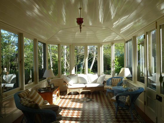 Erindale Guest House: View through the conservatory into the garden