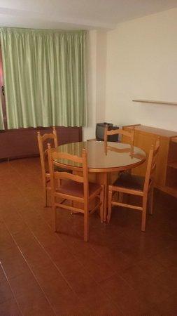 Hotel & Aparthotel Cosmos : Una buena mesa de comedor