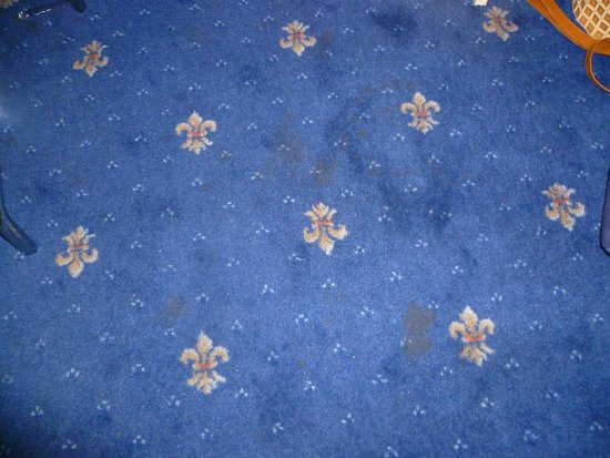 Hotel Spagna: Stained carpet