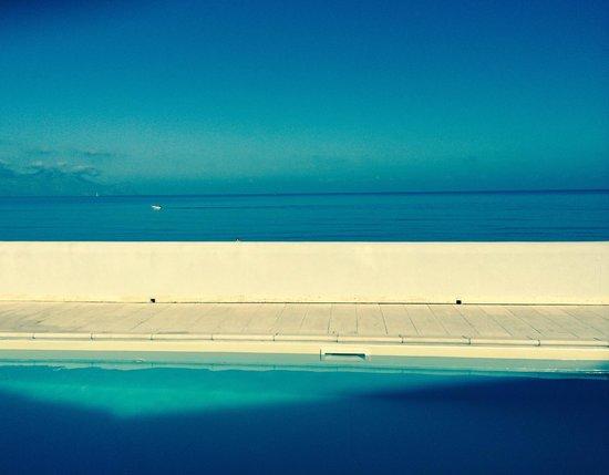 Hotel La Battigia: pool side + sea