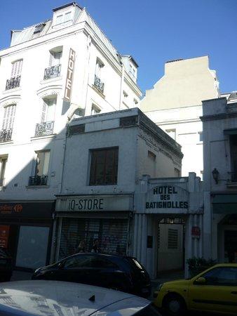 Hotel des Batignolles : Вход в отель вид на мой номер с патио