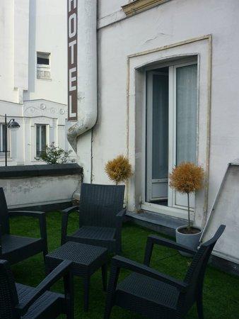 Hotel des Batignolles : Патио выход из номера