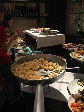 M'Addubbai: La pasta cacio e pepe sul tavolo
