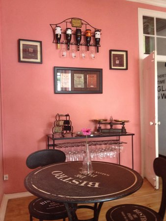 Escolhemos a sala rosa! - Picture of Wine Bar Bistro Da Praca ...