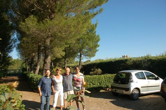 B&B Villa La Grandetta: Tiziana and Guiseppe in the gardens with us.