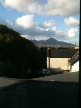 Westport Coast Hotel: View from Breakfast room acroos to Mountains