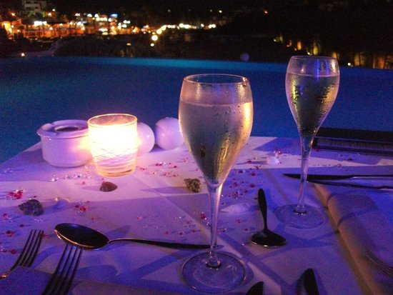 Yacht Club Cala d'Or : Decorated Birthday table with free champagne